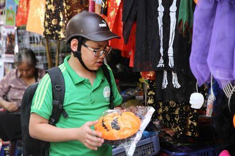 Nguoi dan hao huc mua sam trang phuc chuan bi cho le hoi Halloween 2016 - Anh 2