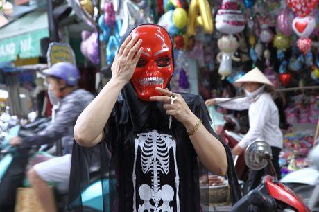 Nguoi dan hao huc mua sam trang phuc chuan bi cho le hoi Halloween 2016 - Anh 8
