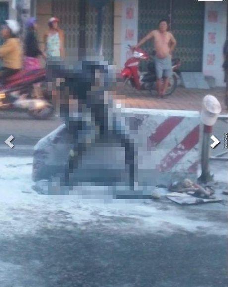 Tien Giang: Nguoi dan ong tu thieu chay den tren duong pho - Anh 2