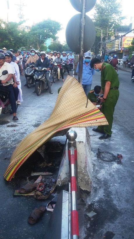 Tien Giang: Nguoi dan ong tu thieu chay den tren duong pho - Anh 3