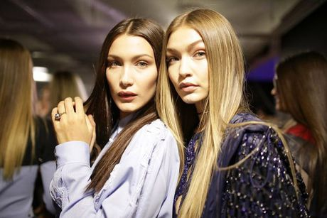 Gigi va Bella Hadid chung tay 'quet sach' san dien Victoria's Secret 2016 - Anh 1
