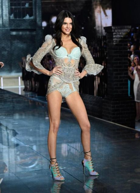 Gigi va Bella Hadid chung tay 'quet sach' san dien Victoria's Secret 2016 - Anh 3