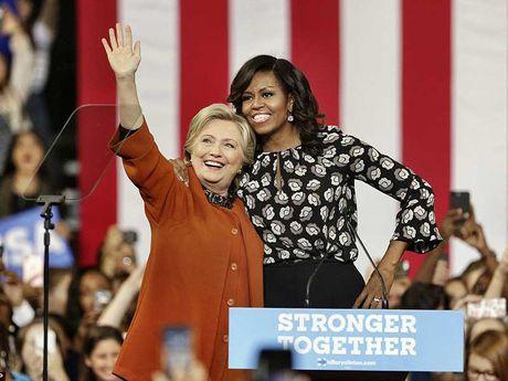 Ba Michelle Obama van dong chung voi ba Clinton - Anh 1