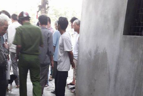 Ha Noi: Nam thanh nien an sang xong roi cat co tu tu - Anh 1