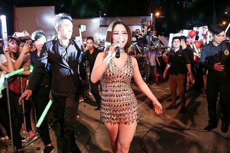 Huong Tram goi cam khoe chan thon tren san khau - Anh 9