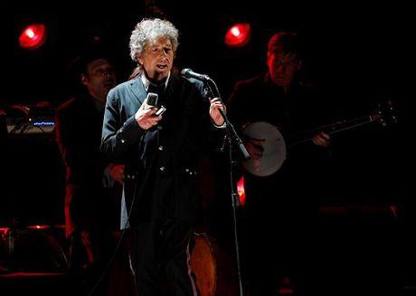 Bob Dylan bat ngo tuyen bo dong y nhan giai Nobel - Anh 1