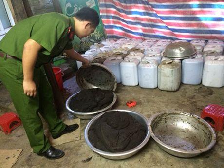 Ha Tinh bat qua tang co so san xuat thuoc dong y khong phep - Anh 1