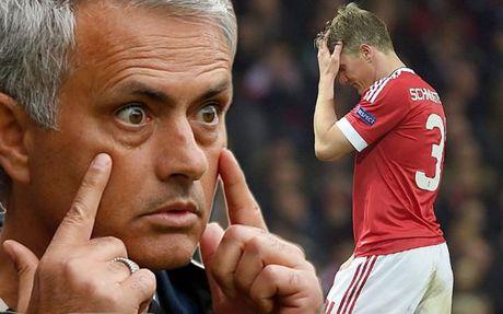 Mourinho 'gian ca chem thot', Schweinsteiger linh du - Anh 1