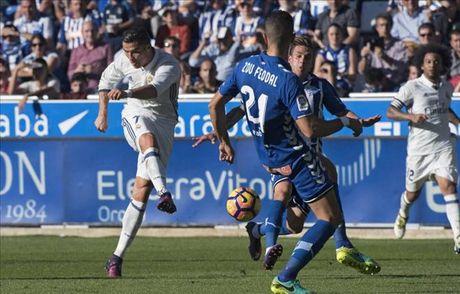 Alaves 1-4 Real Madrid: Su tro lai cua Cristiano Ronaldo - Anh 3