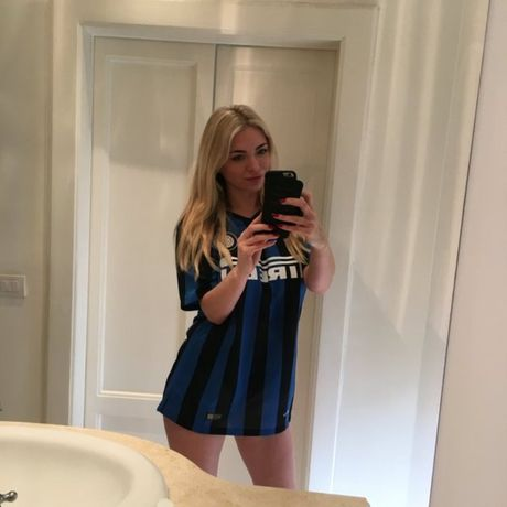 April Summers - sieu mau Anh nong bong san sang 'coi do' vi Inter Milan - Anh 1