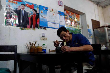 Chum anh cong nhan khai thac phen chua o Trung Quoc - Anh 8