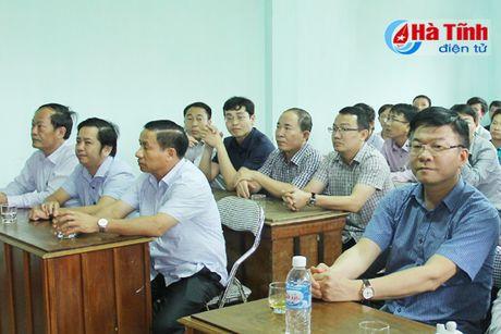 Bo truong Tu phap Le Thanh Long trao qua ho tro dong bao lu lut - Anh 1