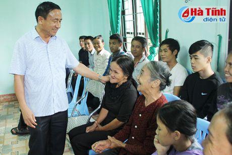 Bo truong Tu phap Le Thanh Long trao qua ho tro dong bao lu lut - Anh 2