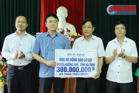 Bo truong Tu phap Le Thanh Long trao qua ho tro dong bao lu lut - Anh 3