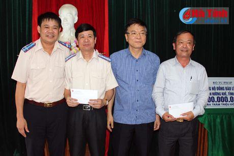 Bo truong Tu phap Le Thanh Long trao qua ho tro dong bao lu lut - Anh 4