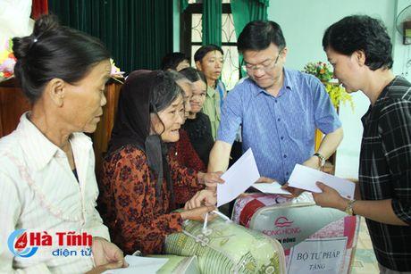 Bo truong Tu phap Le Thanh Long trao qua ho tro dong bao lu lut - Anh 5