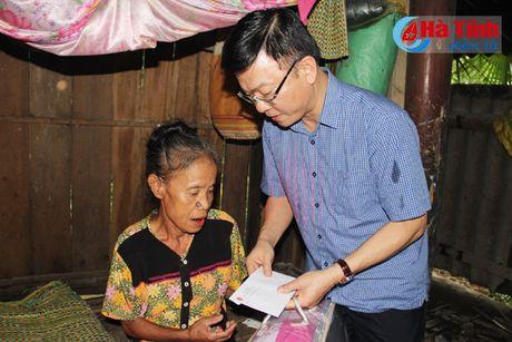 Bo truong Tu phap Le Thanh Long trao qua ho tro dong bao lu lut - Anh 7