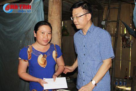 Bo truong Tu phap Le Thanh Long trao qua ho tro dong bao lu lut - Anh 9