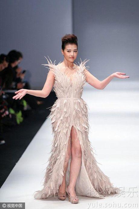 'Thuc phi' 50 tuoi Chau Hai My tu tin khoe than tren san catwalk - Anh 11