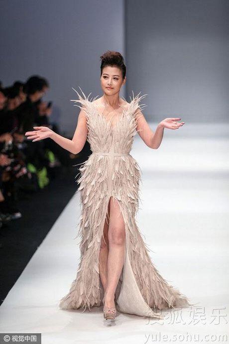 'Thuc phi' 50 tuoi Chau Hai My tu tin khoe than tren san catwalk - Anh 12