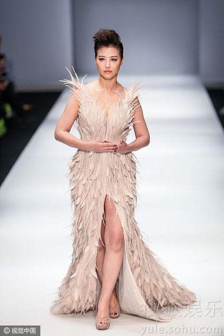 'Thuc phi' 50 tuoi Chau Hai My tu tin khoe than tren san catwalk - Anh 4