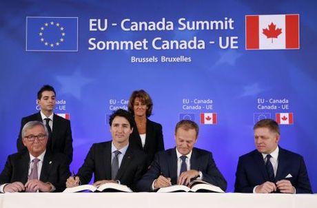 EU, Canada chinh thuc ky thoa thuan tu do thuong mai - Anh 1