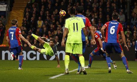 Liverpool noi dai mach thang, bam sat Man City va Arsenal - Anh 1