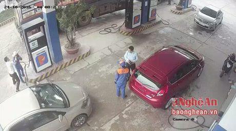 Vu nhan vien cay xang bi danh: Nguyen nhan do loi ky thuat xe - Anh 1