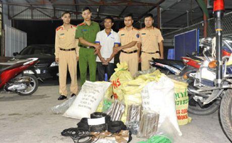 Bat giu doi tuong mua ban, van chuyen 284 kg thuoc no - Anh 1