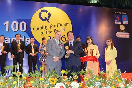 Loc hoa dau Binh Son nhan chung chi Top Brands va Qmix 100 nam 2016 - Anh 1