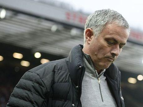 Chon Mourinho, Man United gio da tham thia cai gia phai tra - Anh 1