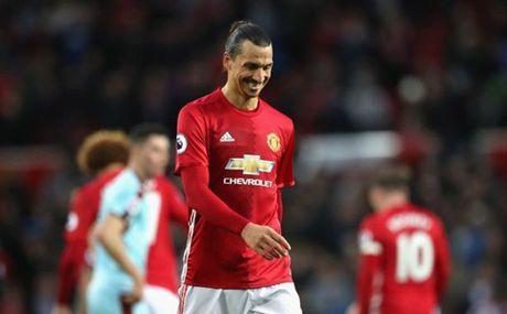 Chon Mourinho, Man United gio da tham thia cai gia phai tra - Anh 3