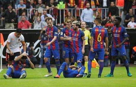 DAC BIET: Doi nhi Valencia treu tuc Barca bang man bat chuoc doc dao - Anh 1