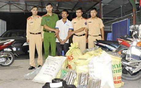 Phat hien doi tuong van chuyen trai phep gan 300kg thuoc no - Anh 1