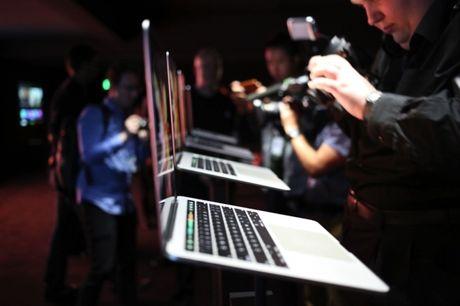 MacBook Pro va Surface Book nen chon laptop nao? - Anh 1