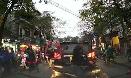 TIN NONG ngay 31/10: Bat hai doi tuong van chuyen 5.600 vien hong phien tu Lao ve Viet Nam - Anh 1