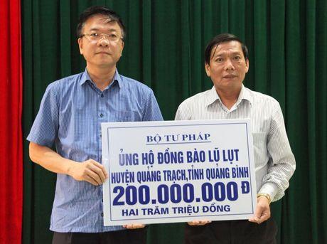 Bo truong Bo Tu phap ho tro nhan dan vung lu hai tinh Quang Binh va Ha Tinh - Anh 1