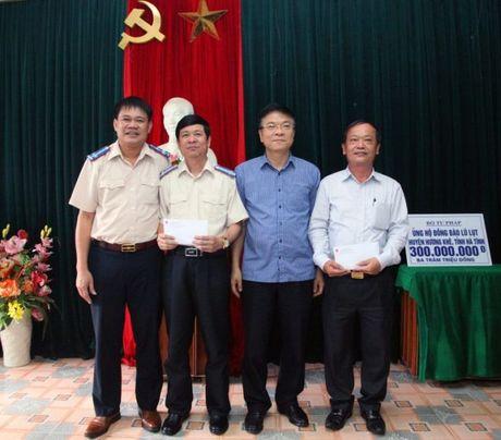 Bo truong Bo Tu phap ho tro nhan dan vung lu hai tinh Quang Binh va Ha Tinh - Anh 4