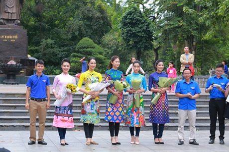 Hoa hau My Linh, A hau Thanh Tu nhay flashmob cung hang nghin ban tre - Anh 1