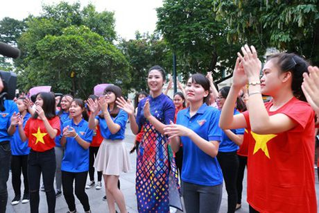Hoa hau My Linh, A hau Thanh Tu nhay flashmob cung hang nghin ban tre - Anh 3