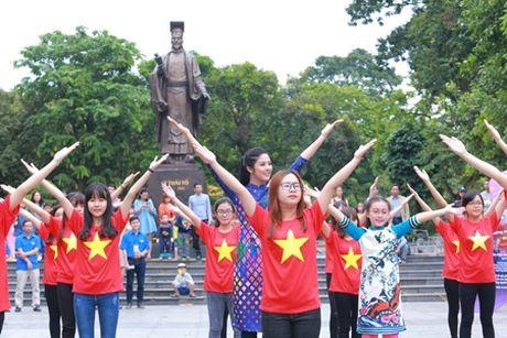 Hoa hau My Linh, A hau Thanh Tu nhay flashmob cung hang nghin ban tre - Anh 5