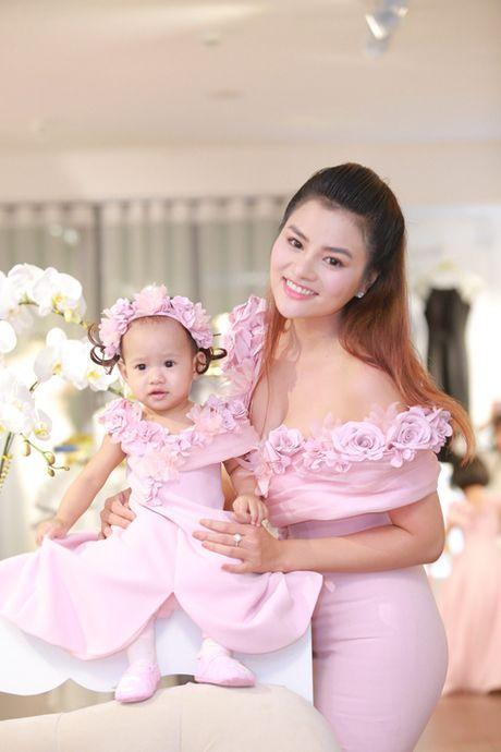 Vo chong Vu Thu Phuong lan dau lo dien cung hai con gai - Anh 3