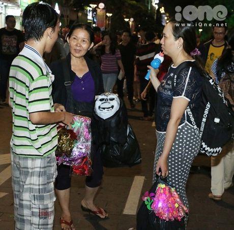Dich vu ve mat ma quy Halloween hut khach tren pho di bo Nguyen Hue - Anh 11