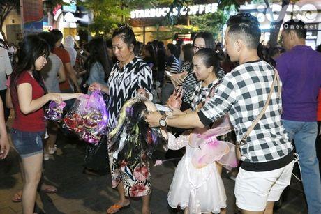 Dich vu ve mat ma quy Halloween hut khach tren pho di bo Nguyen Hue - Anh 12