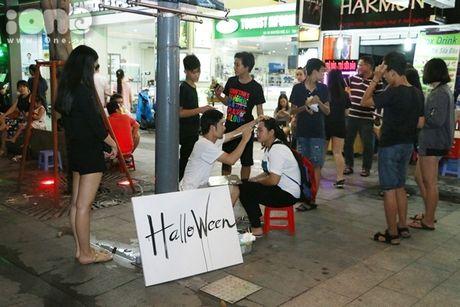 Dich vu ve mat ma quy Halloween hut khach tren pho di bo Nguyen Hue - Anh 1
