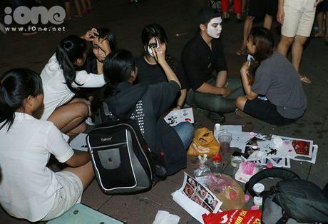 Dich vu ve mat ma quy Halloween hut khach tren pho di bo Nguyen Hue - Anh 2