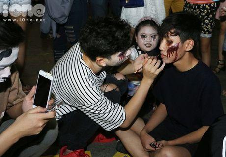 Dich vu ve mat ma quy Halloween hut khach tren pho di bo Nguyen Hue - Anh 5