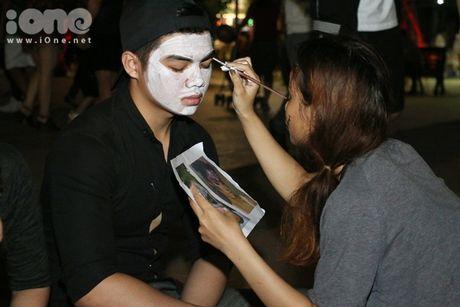 Dich vu ve mat ma quy Halloween hut khach tren pho di bo Nguyen Hue - Anh 7