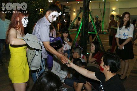 Dich vu ve mat ma quy Halloween hut khach tren pho di bo Nguyen Hue - Anh 9