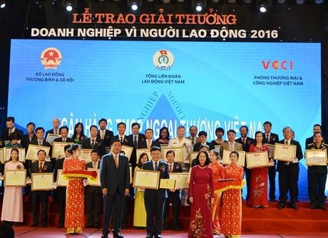 Vietcombank nhan giai 'Doanh nghiep vi nguoi lao dong' - Anh 1